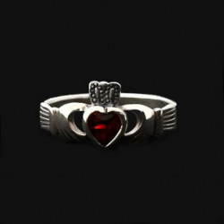 "Ring ""Claddagh"" garnet"