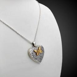 """Ciondolo Portafoto a forma di cuore """"l'affetto della farfalla"""" adornato con una farfallina dorata 18k"""
