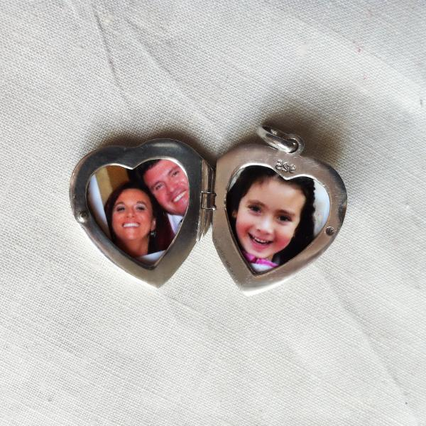 How to put a picture into the locket pendant