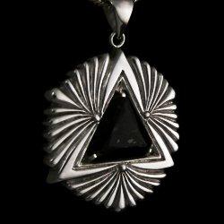 Colgante de plata 'sci fi' con piedra nuummite