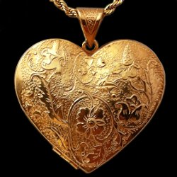 18ct gold locket pendant flower pattern 3.5 cm